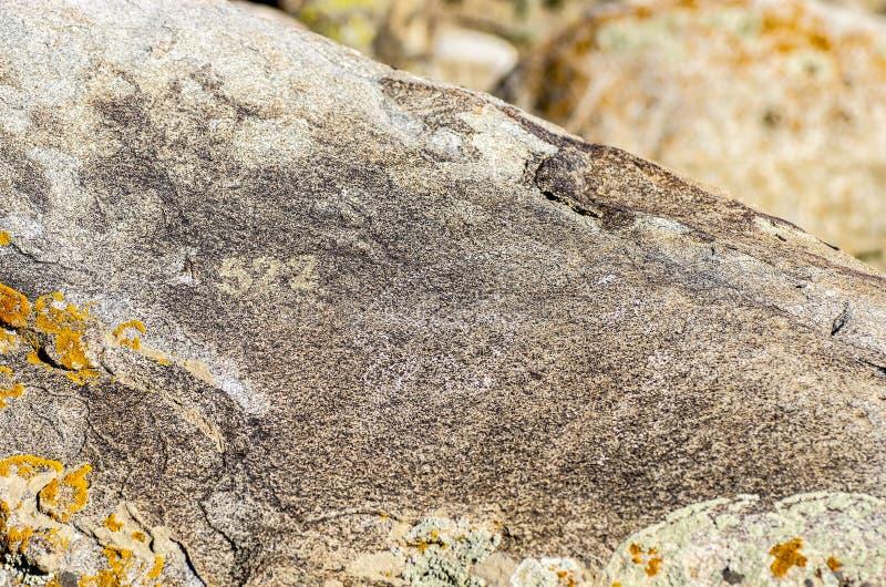 Site antique avec les pétroglyphes historiques au Kirghizistan photo stock