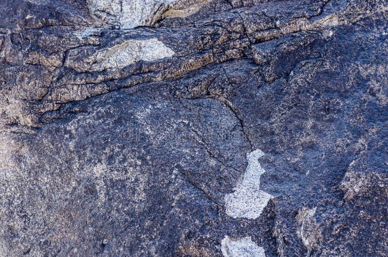 Site antique avec les pétroglyphes historiques au Kirghizistan image stock