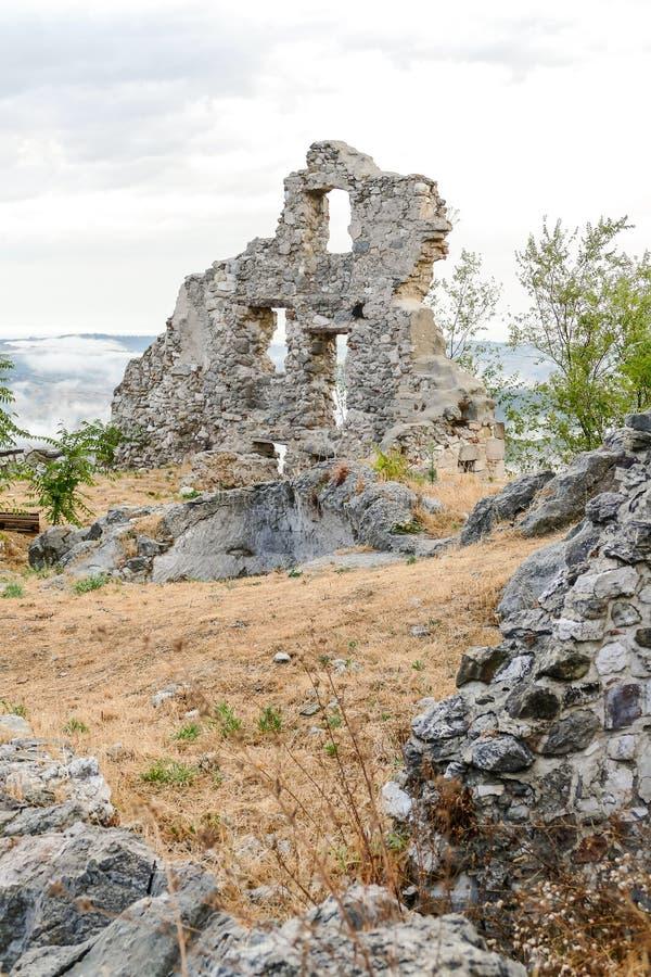 Site archéologique public de vieille ville de Gessopalena du vieux village médiéval dans la pierre de gypse en montagnes de Majel image libre de droits