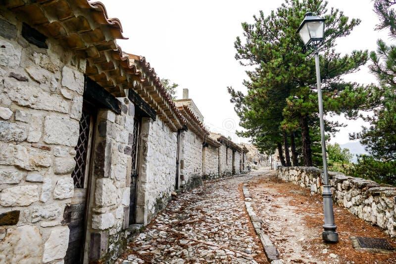Site archéologique public de vieille ville de Gessopalena du vieux village médiéval dans la pierre de gypse en montagnes de Majel photographie stock libre de droits