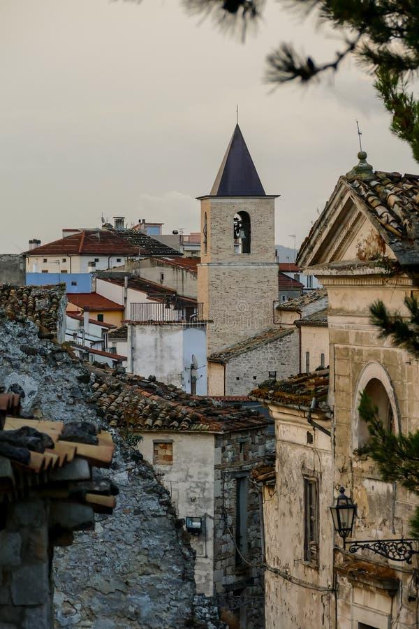 Site archéologique public de vieille ville de Gessopalena du vieux village médiéval dans la pierre de gypse en montagnes de Majel images stock