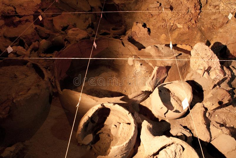 Site d'excavation d'archéologie Vrais objets façonnés, vieille amphore images stock