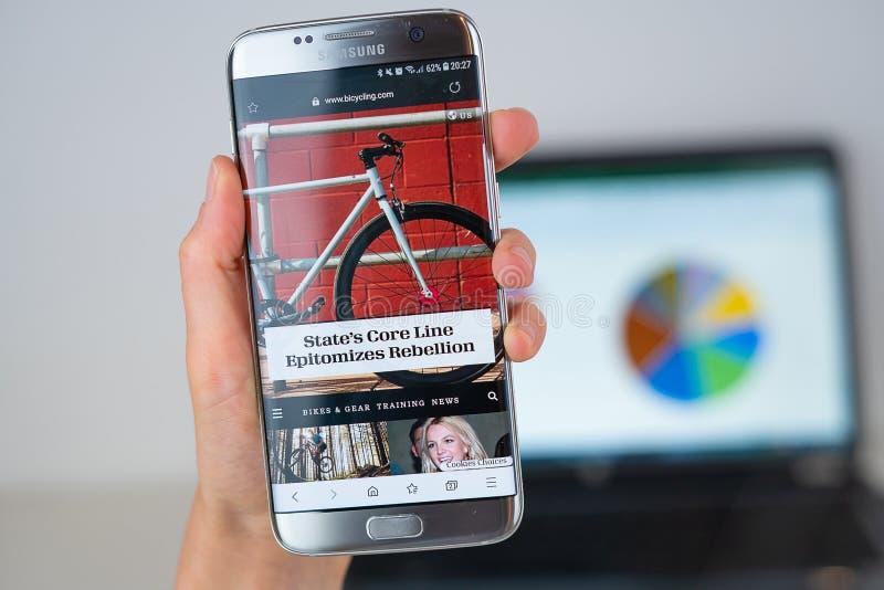 Site da empresa bicycling na tela do telefone fotos de stock