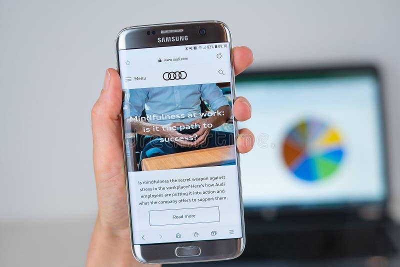 Site da empresa de Audi na tela do telefone fotos de stock