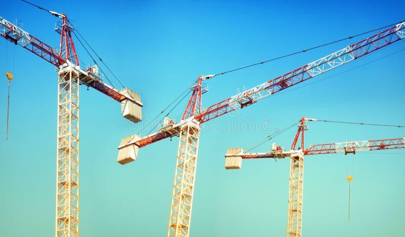 Site de construction de bâtiments avec la grue photos stock