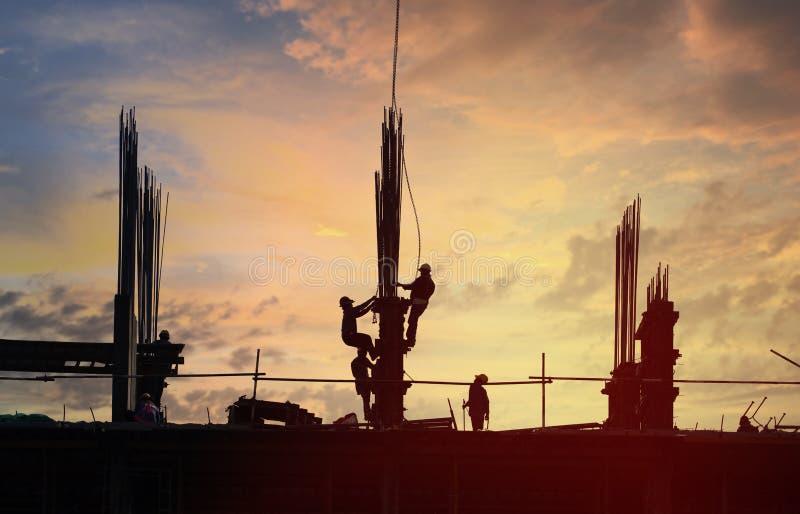 Site de construction de bâtiments en silhouette images stock