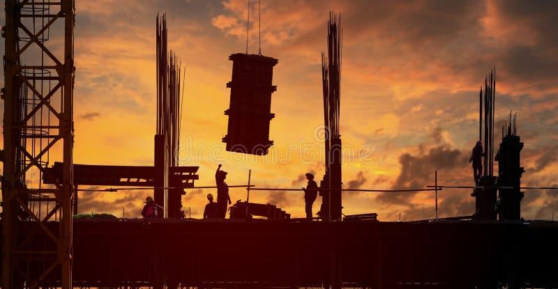 Site de construction de bâtiments en silhouette photos stock