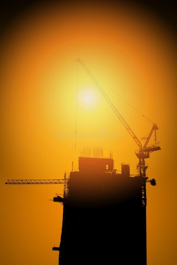 Site de construction de bâtiments de silhouette avec des grues photo stock