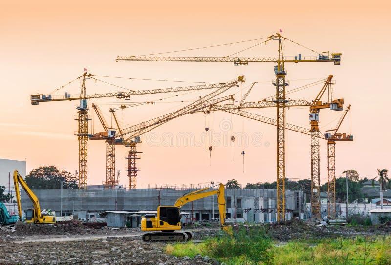 Site de construction de bâtiments avec des machines de grue à tour image libre de droits
