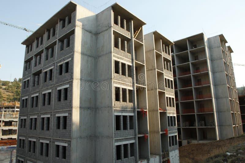 Site de construction de bâtiments sous un ciel bleu, béton gris photos libres de droits