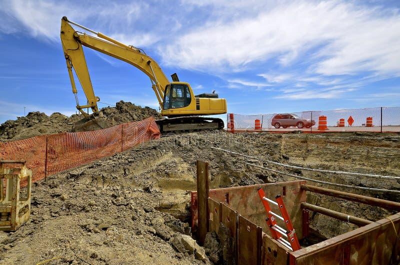 Site de construction de routes avec la machine de excavation photographie stock