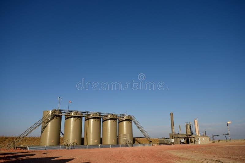 Site de pétrole brut, réservoirs de stockage de production et évaser bons réalisés de gaz naturel photo stock