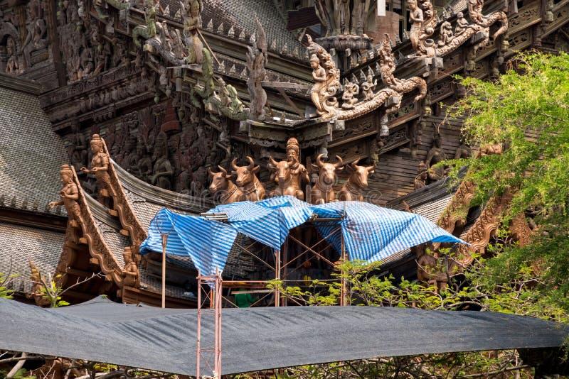 Site de restauration de statue de Taureau sur l'extérieur de côté du sanctuaire de la vérité, Thaïlande images libres de droits