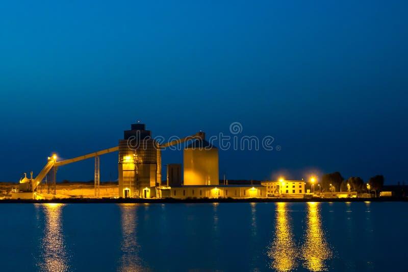 Site industriel avec la réflexion photo libre de droits