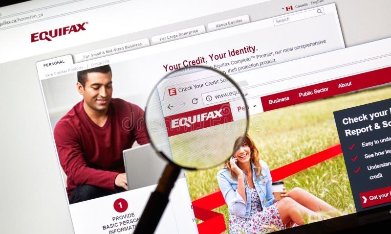 Site officiel et logo d'Equifax sous la loupe images libres de droits