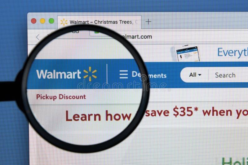 Site Web de page d'accueil de Walmart sur l'écran de moniteur d'Apple iMac sous la loupe Walmart est une vente au détail multinat images stock