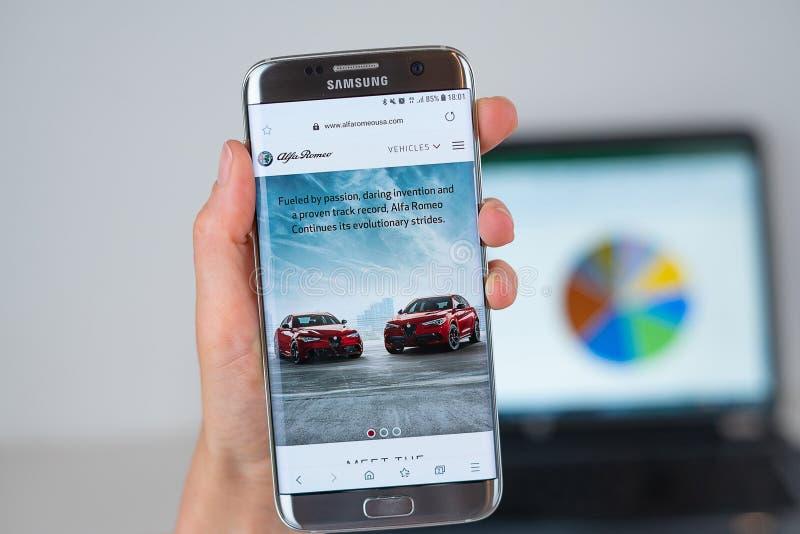 Site Web de société d'Alfa Romeo sur l'écran de téléphone photo libre de droits