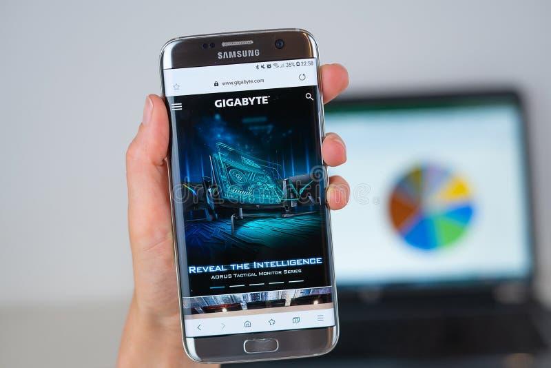 Site Web de société de gigaoctet sur l'écran de téléphone photo stock