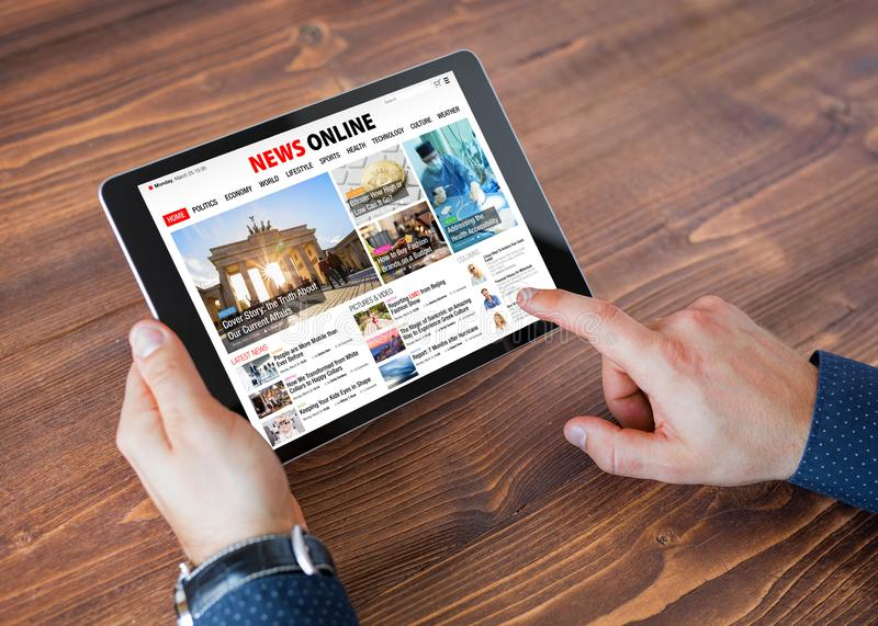 Site Web en ligne d'actualités d'échantillon sur le comprimé photo stock