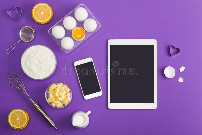 Site Web m de service d'application de comprimé de téléphone portable de cuisson de cuisine photographie stock libre de droits