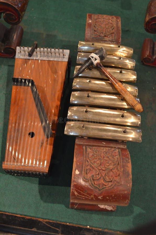 Siter und kenong traditionelle Musikinstrumente zentralen Javanese für Gamelan-Musikensembles lizenzfreie stockbilder