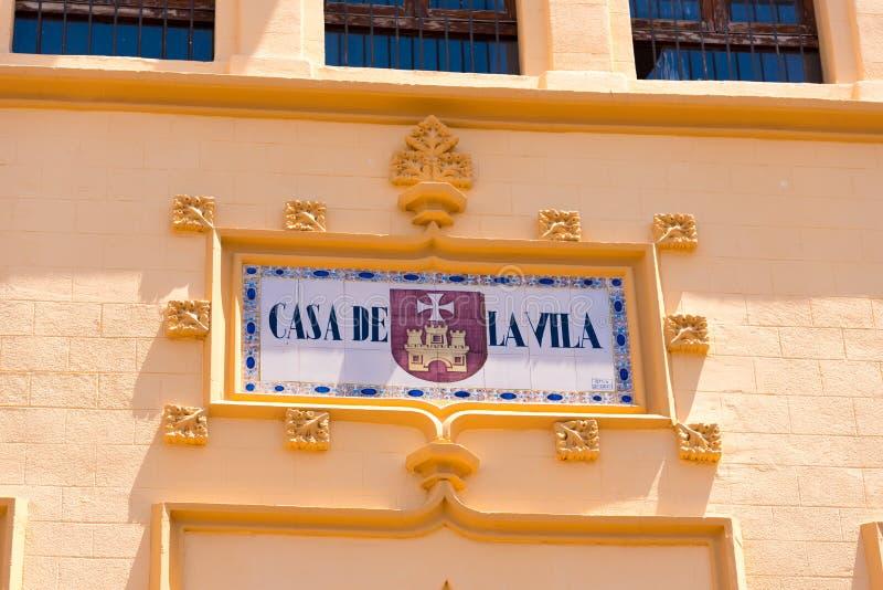 SITGES, CATALUNYA, SPANJE - JUNI 20, 2017: Uithangbord op de voorgevel van het gebouw Exemplaarruimte voor tekst Close-up stock afbeelding