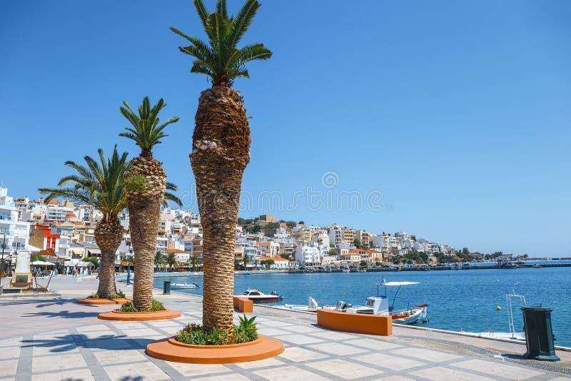 Sitia-Stadt mit festgemachtem traditionellem griechischem Fischerboot stockfotografie
