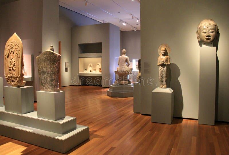 Sitio abierto de par en par con las estatuas antiguas en pedestales pesados, Cleveland Art Museum, Ohio, 2016 foto de archivo