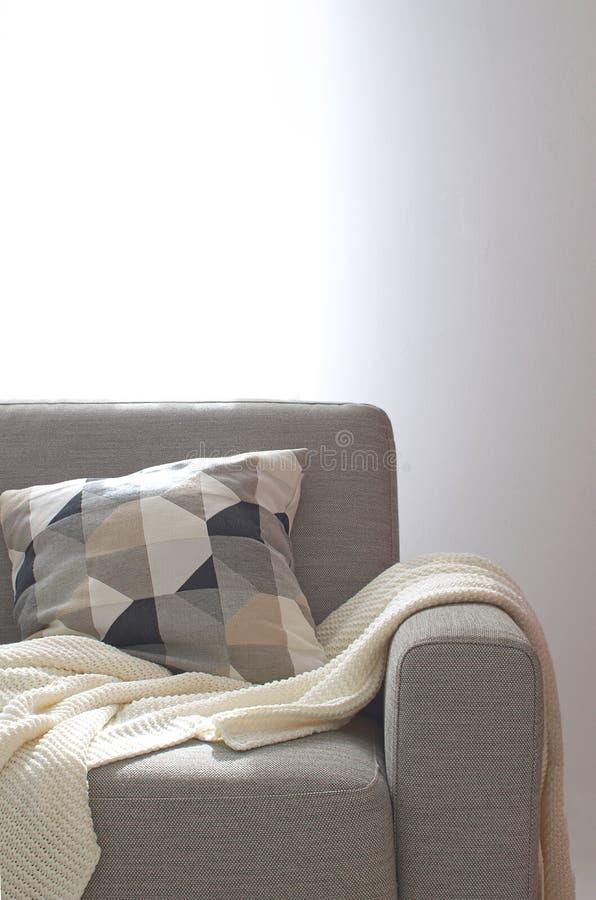 Sitio acogedor interior casero de la almohada de la tela escocesa de Sofa Knitted de la sala de estar fotos de archivo libres de regalías