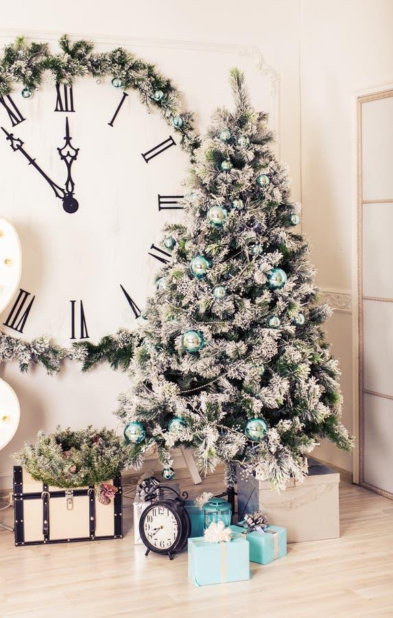 Sitio adornado holdiay hermoso con el árbol de navidad y presentes debajo de él foto de archivo libre de regalías