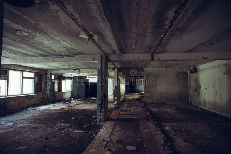 Sitio arruinado abandonado de construcción industrial dentro del grunge sucio interior, oscuro y de la atmósfera espeluznante fotos de archivo libres de regalías