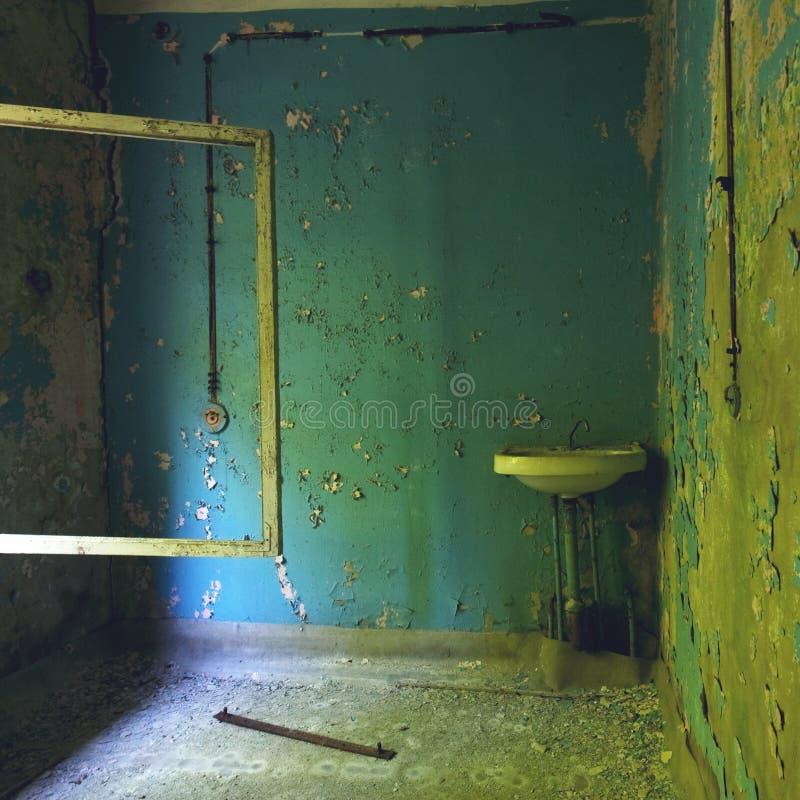 Sitio Arruinado En Casa En La Zona De Exclusión En Pripyat: Paredes ...
