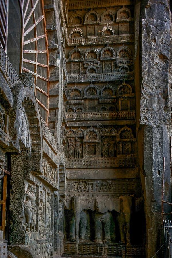 Sitio budista que talla en la entrada a Chaitya en Carla; maharashtra del lonavala imagen de archivo