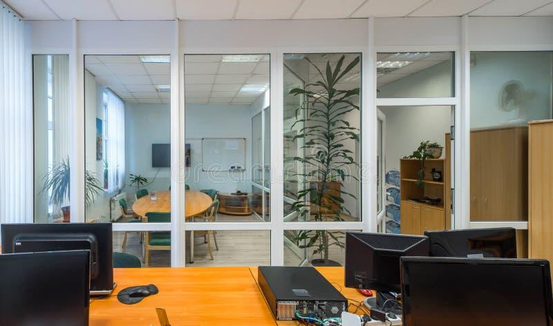 Sitio cómodo de la oficina con las paredes de cristal fotografía de archivo