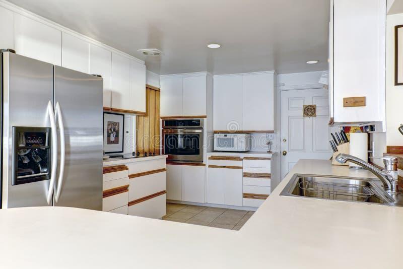 Sitio compacto de la cocina con el cabinetry blanco imágenes de archivo libres de regalías