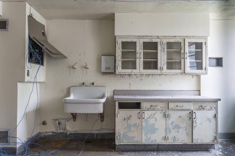 Sitio con el fregadero en un hospital abandonado foto de archivo
