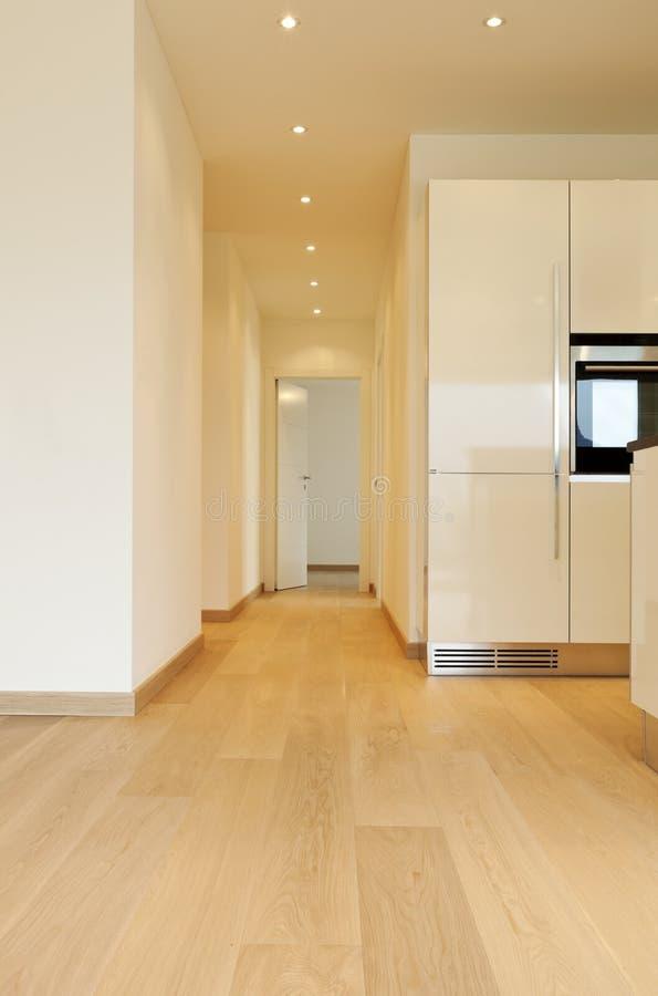 Sitio con la cocina, pasillo largo fotografía de archivo libre de regalías