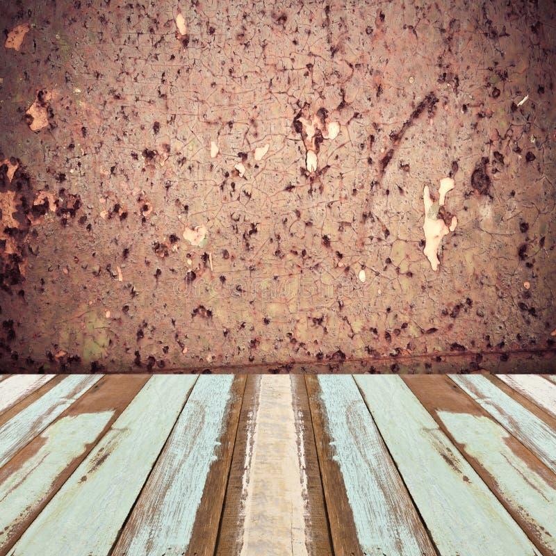 Sitio con la pared de piedra concreta y el piso de madera imagenes de archivo