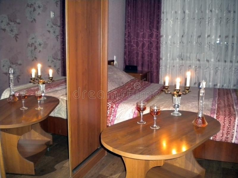 Sitio con la tabla ligera oscuro con las velas y el brandy imágenes de archivo libres de regalías