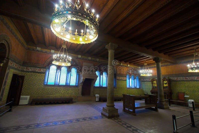 Sitio con la ventana, la lámpara, y el altar fotos de archivo