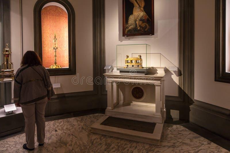 Sitio con los relicarios en Museo Opera del Duomo foto de archivo