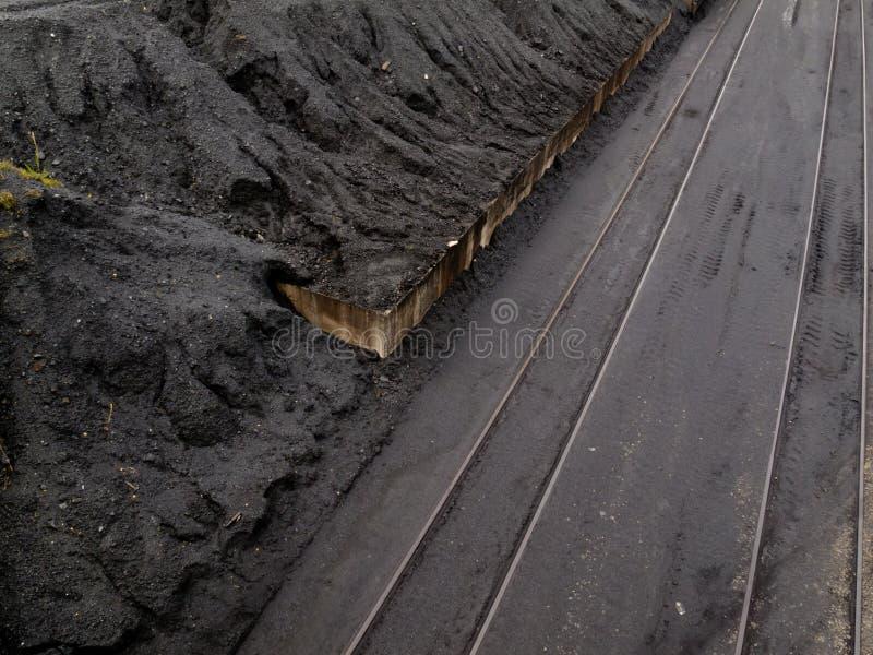 Sitio de almacenaje de la transferencia del tren de la mina de carbón fotografía de archivo