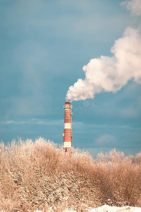 Sitio de caldera de calefacción potente en humo del blanco puro de una chimenea imagenes de archivo