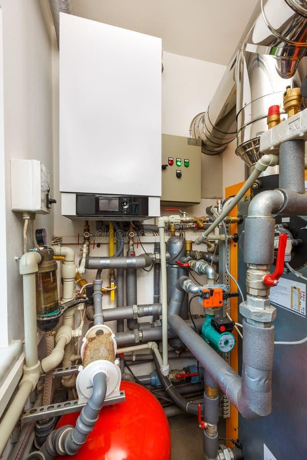 Sitio de caldera del hogar con la caldera de gas, barril; Válvulas; Sensores a fotos de archivo