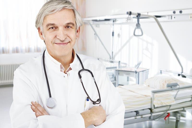 Sitio de cama de hospital del doctor foto de archivo