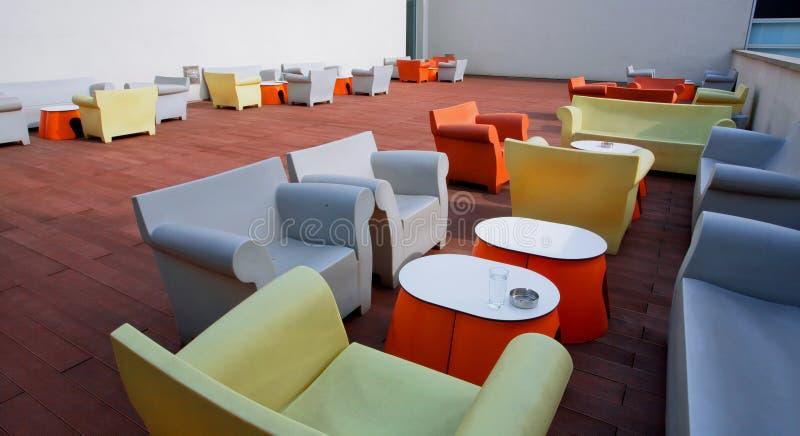 Sitio de diseño interior con las sillas, los sofás y las tablas imagen de archivo libre de regalías