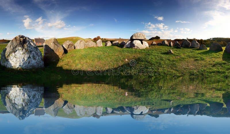 Sitio de entierro grave de la Edad de Piedra fotografía de archivo