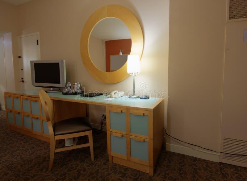 Sitio de estudio con el escritorio y el aparato de TV del lcd fotos de archivo libres de regalías