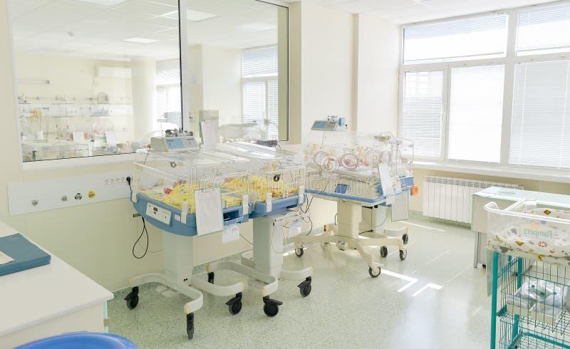 Sitio de hospital con los babys recién nacidos que duermen en incubadoras foto de archivo