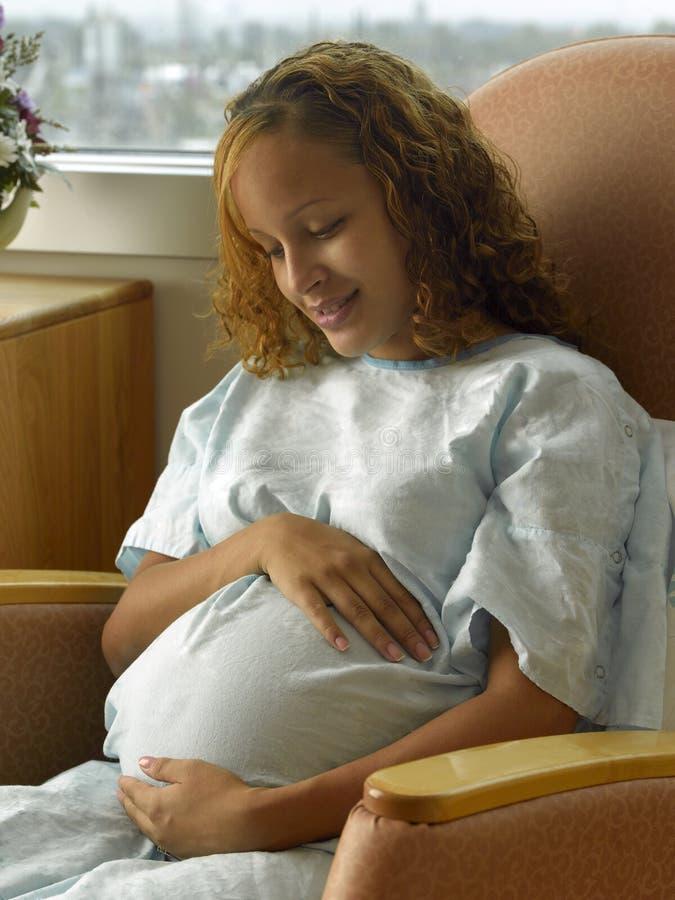 Sitio de hospital de espera joven de la madre fotografía de archivo libre de regalías